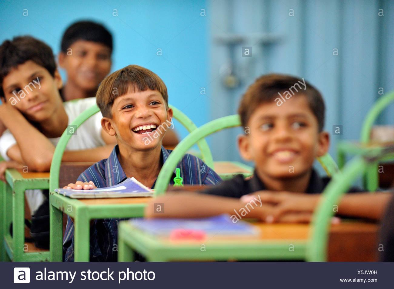 Ragazzi pakistani posti a sedere presso la loro scuola scrivanie, Lahore Punjab, Pakistan, Asia Immagini Stock