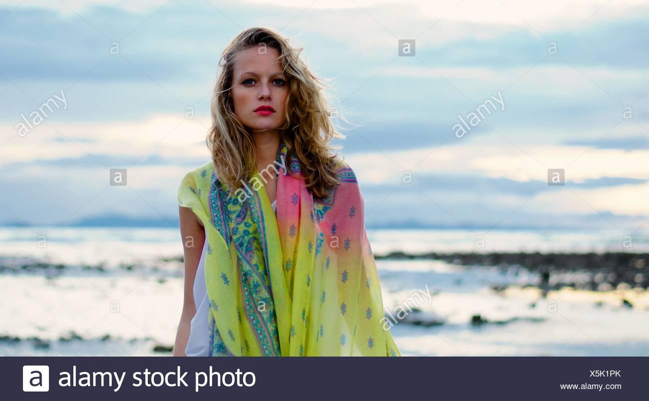 Ritratto di una donna che indossa un colorato sarong in riva al mare Immagini Stock