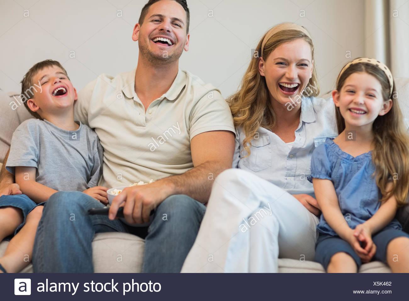 La famiglia felice seduto sul divano Immagini Stock