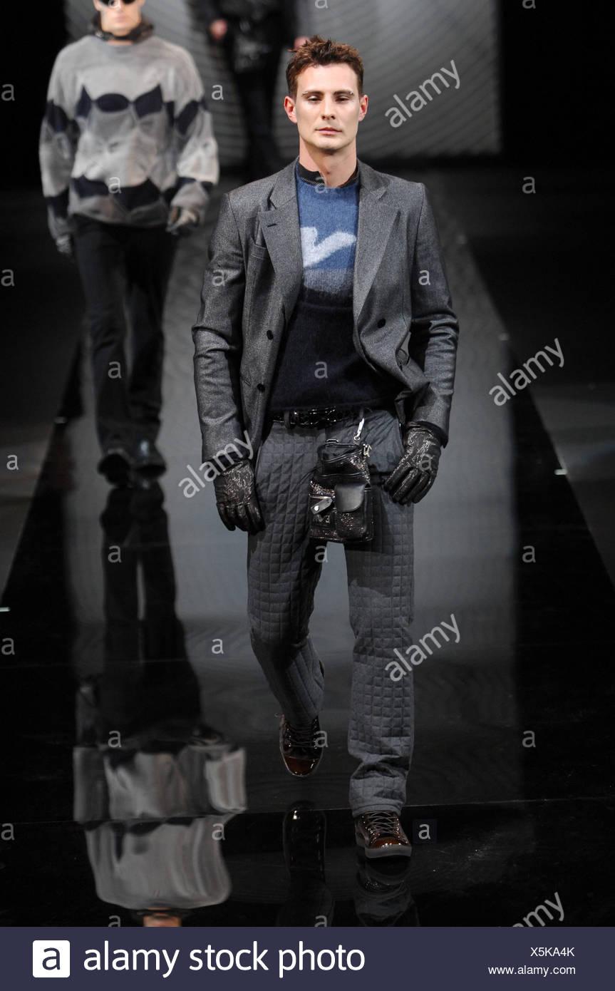 Milano Emporio Armani Menswear pronto a indossare il modello breve impulso  breve capelli scuri vestita di nero e blu al di sopra del ponticello grigio  senza ... a93c8a3ec569