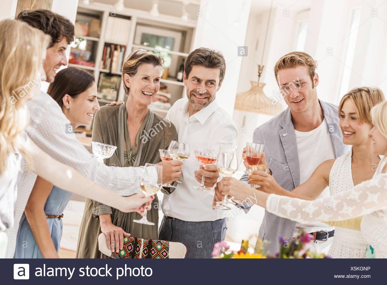 Famiglia fare un brindisi alla festa di compleanno Immagini Stock