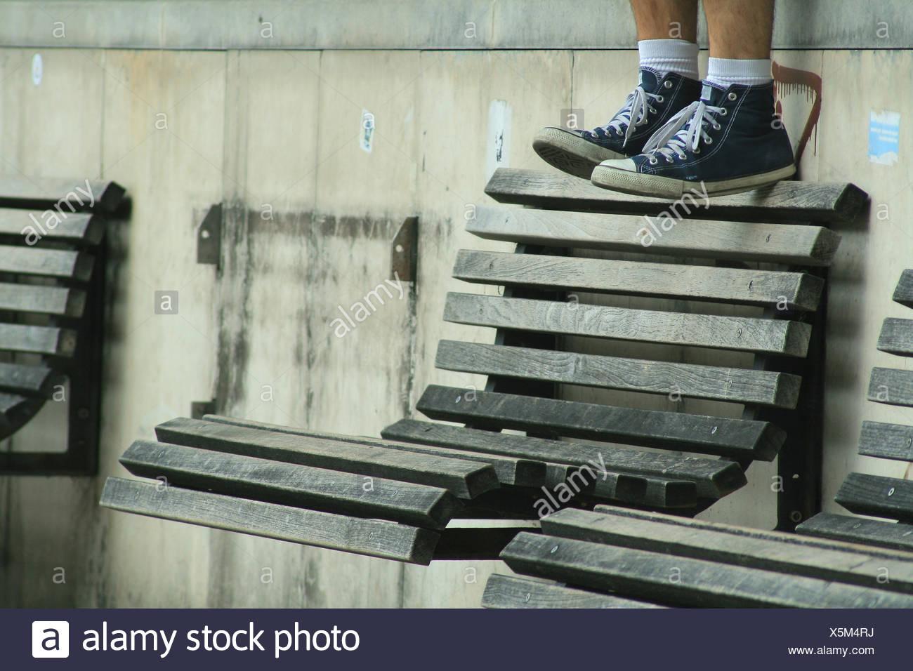 La cultura giovanile,panchina,sneaker Immagini Stock