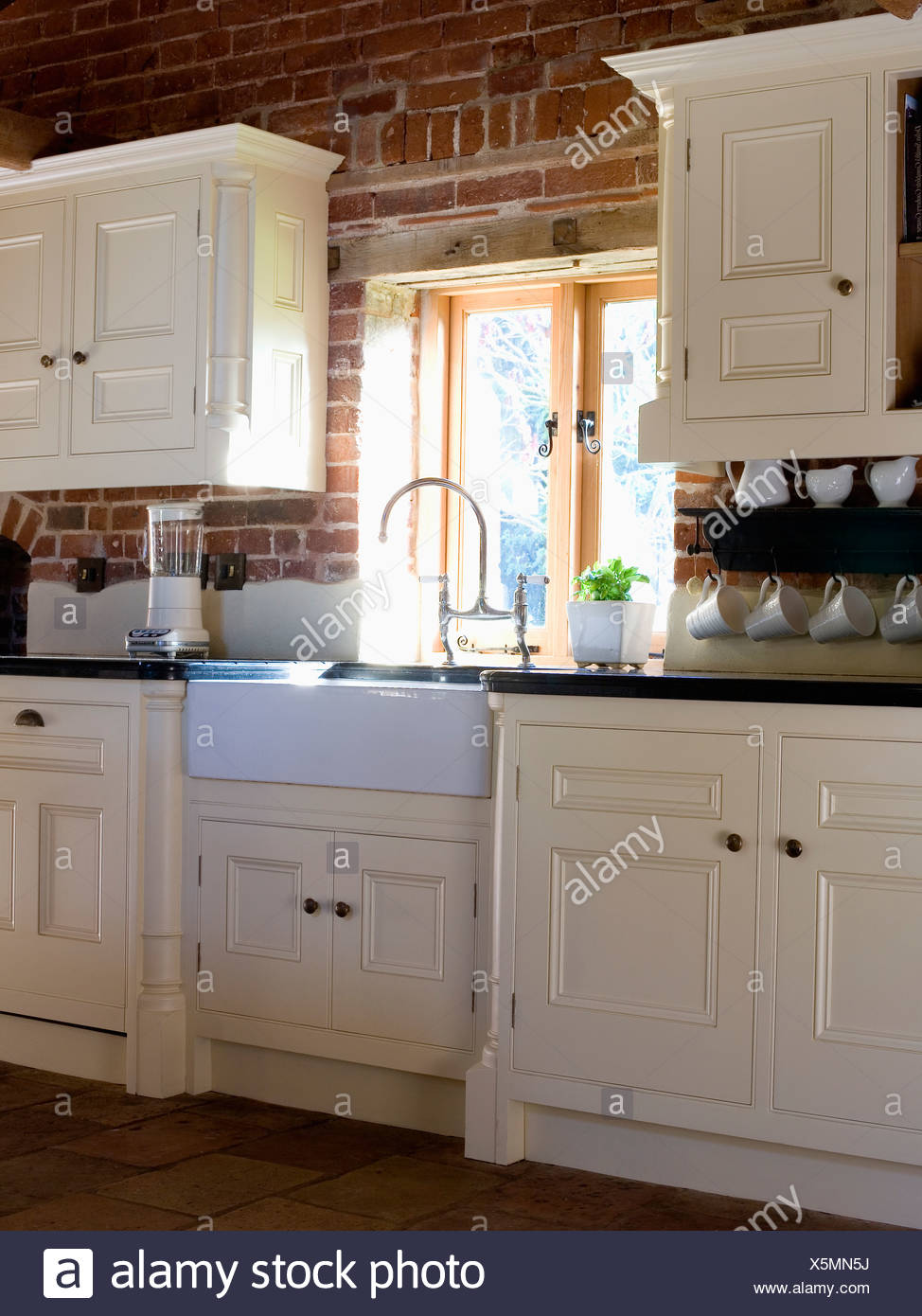 Belfast lavello sotto finestra nella cucina di paese con ...