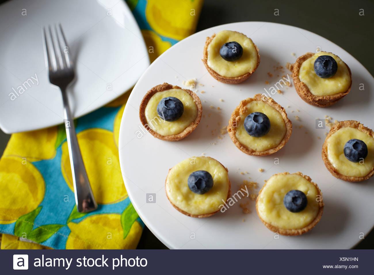 In casa crostate di limone con mirtilli sulla parte superiore Foto Stock