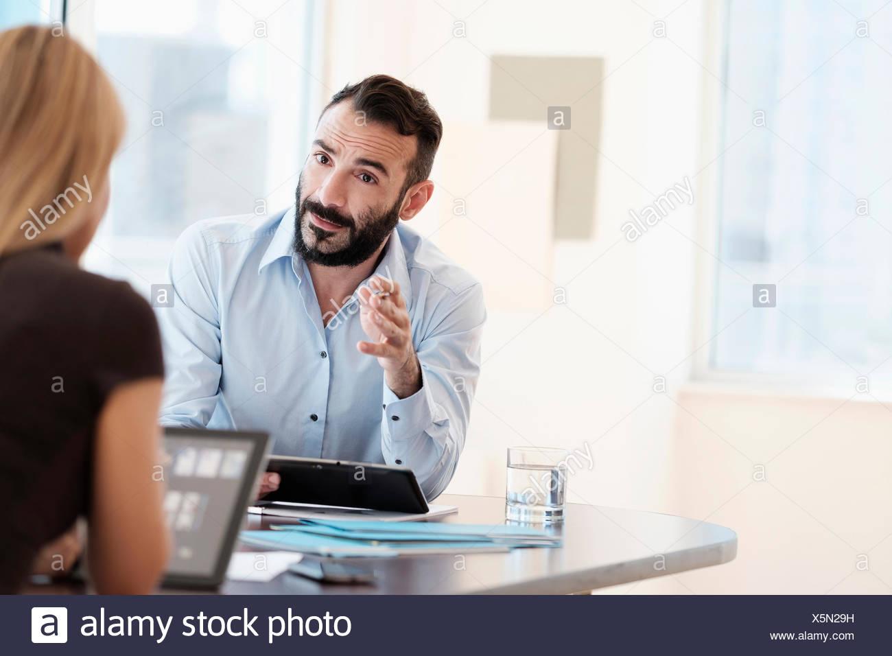 Uomo e donna che parlano in office Immagini Stock