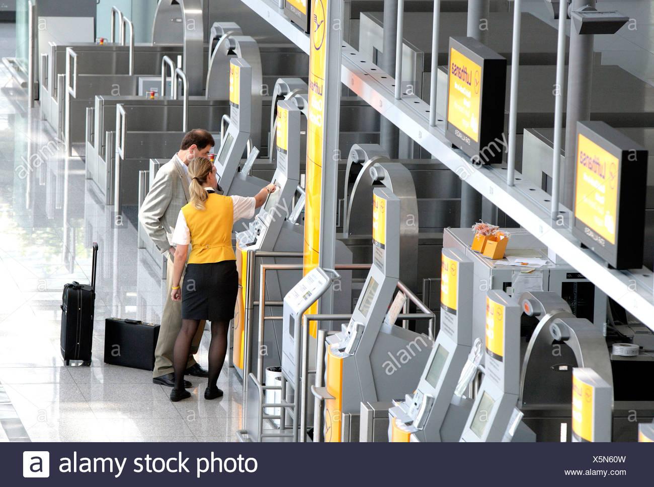 Lufthansa dipendente spiegando a un passeggero la Quick-Check-in-terminale della Lufthansa, il Terminal 2 dell'aeroporto di Monaco, Franz-Jose Immagini Stock