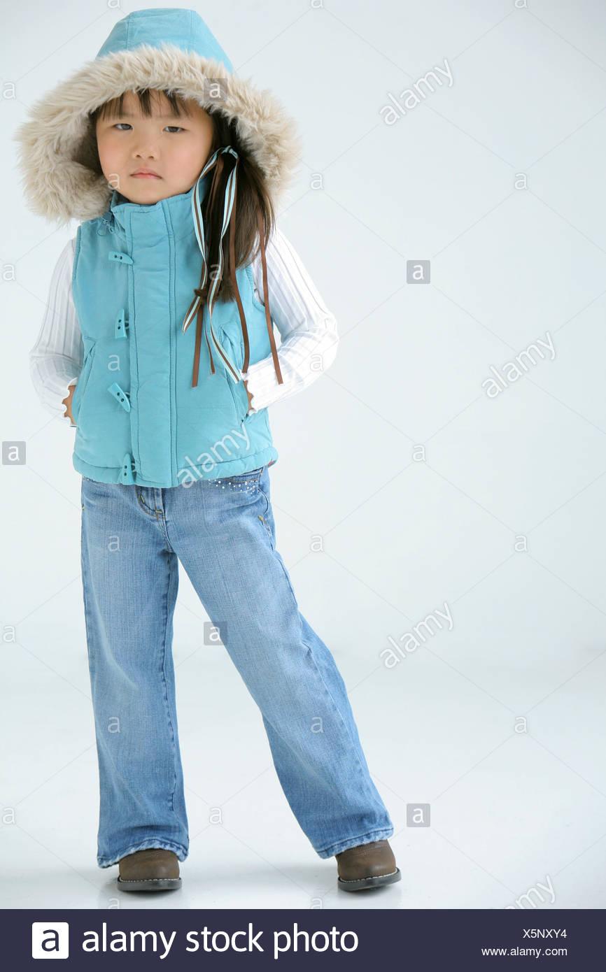 9d4d41a62b14 Giovane ragazza in abbigliamento invernale Foto & Immagine Stock ...