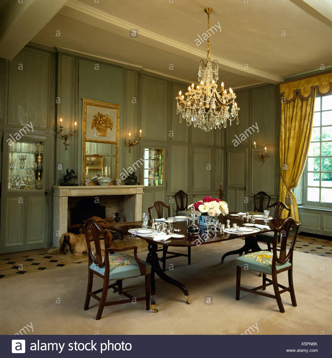 Antico tavolo e sedie in grigio-verde sala pranzo con ...