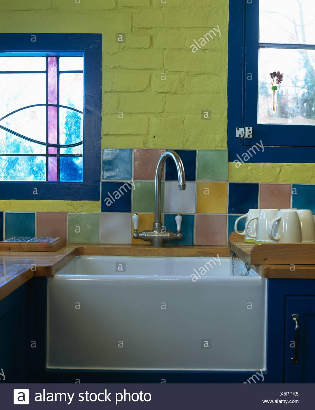 Close-up di piastrelle colorate sulla parete sopra l\'acciaio ...