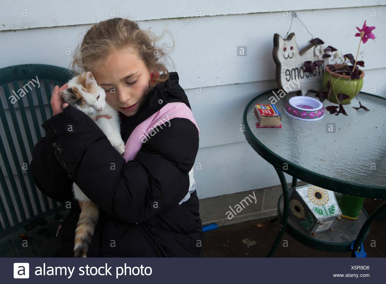 Una ragazza di coccole con il suo gatto. Immagini Stock