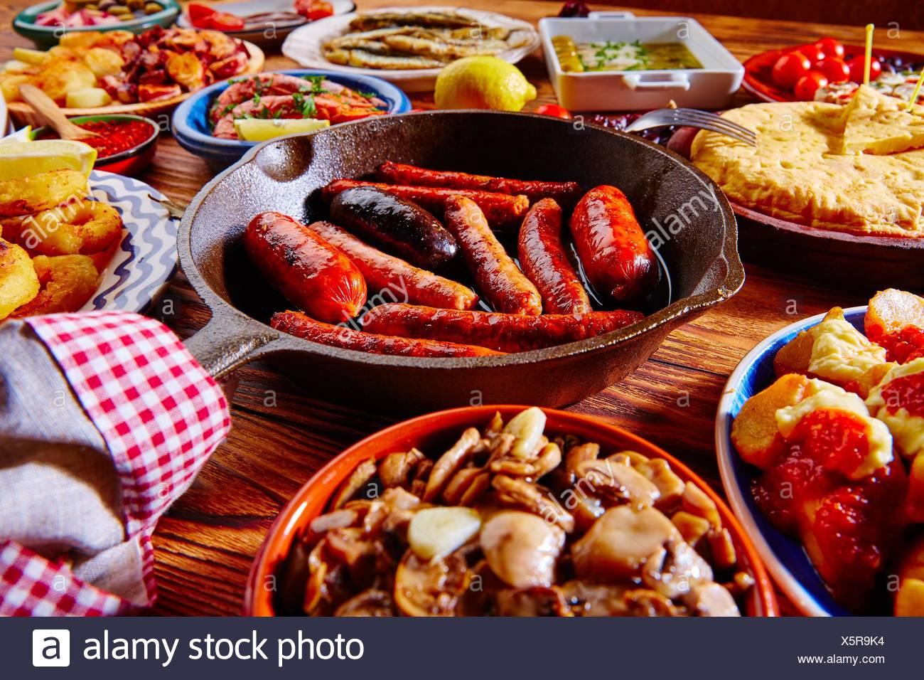 Tapas dalla Spagna un mix vario delle più popolari tapa cibo mediterraneo. Immagini Stock