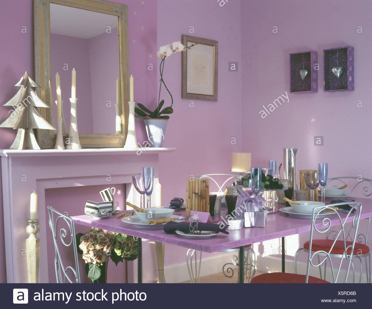 Sedie Decorate Per Natale : Moderna sala da pranzo viola decorato per il natale con albero in