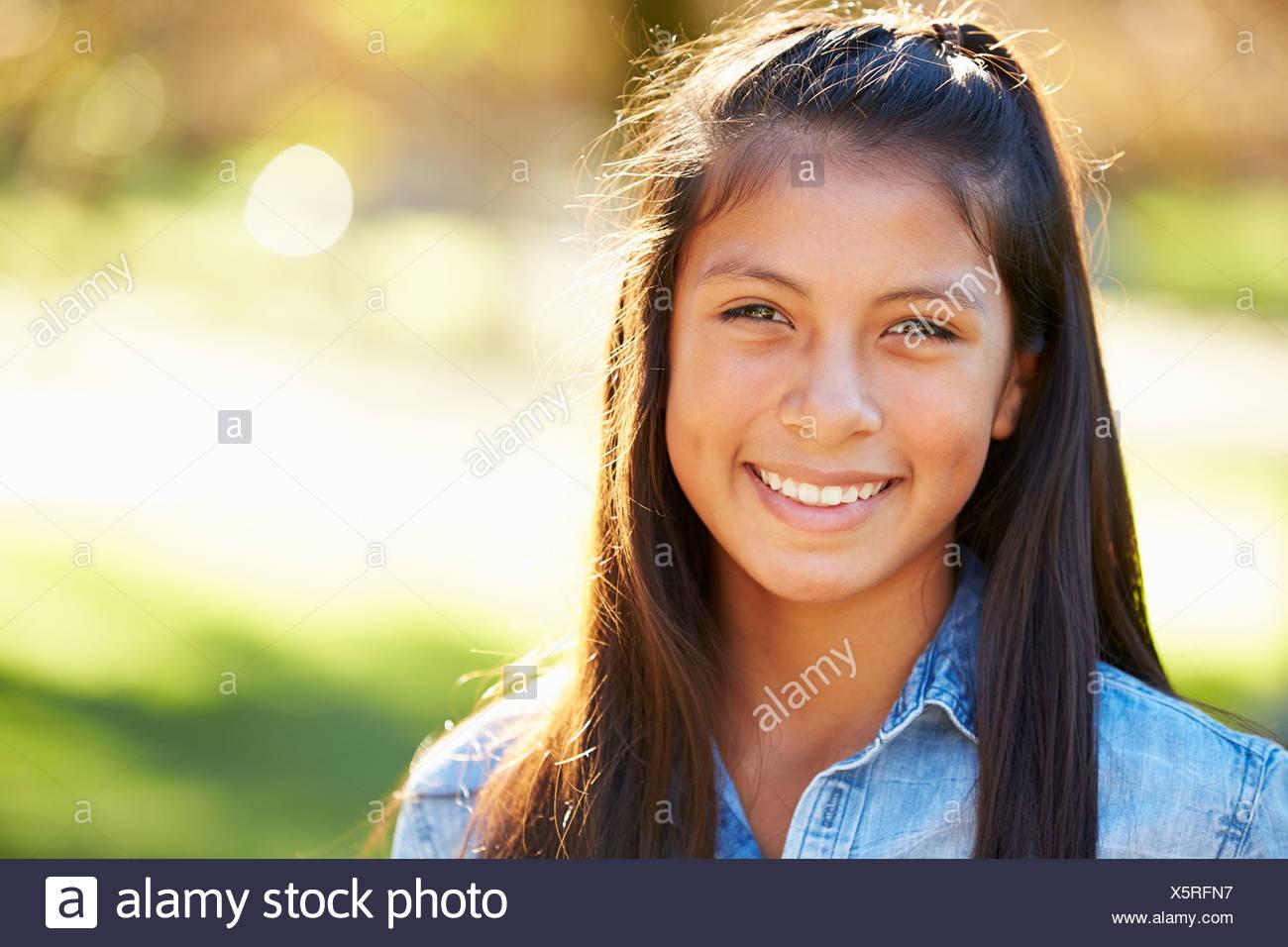 Ritratto di ragazza ispanica In campagna Immagini Stock