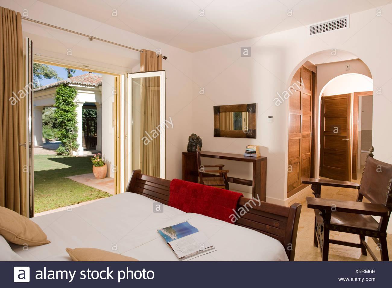 Arredamento semplice in camera da letto moderna in spagnolo ...