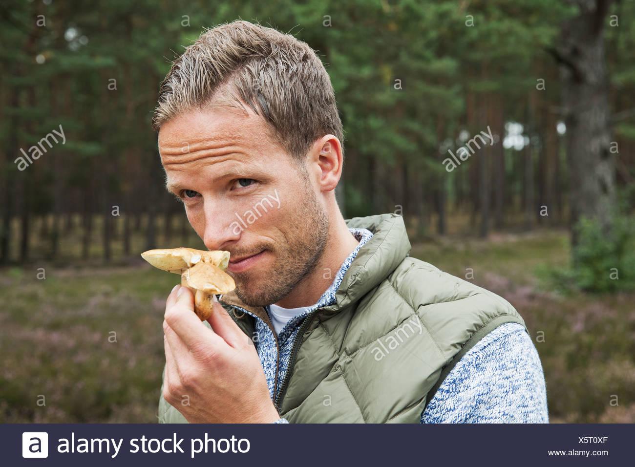 Metà uomo adulto odore di fungo Immagini Stock