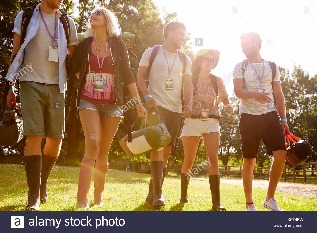 Un gruppo di giovani di andare campeggio al Festival di musica Immagini Stock