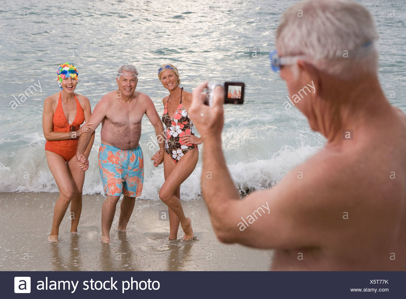 7a9d64e7d2bd L'uomo anziano riprese da piccoli gruppi di persone in costume da bagno  sulla spiaggia