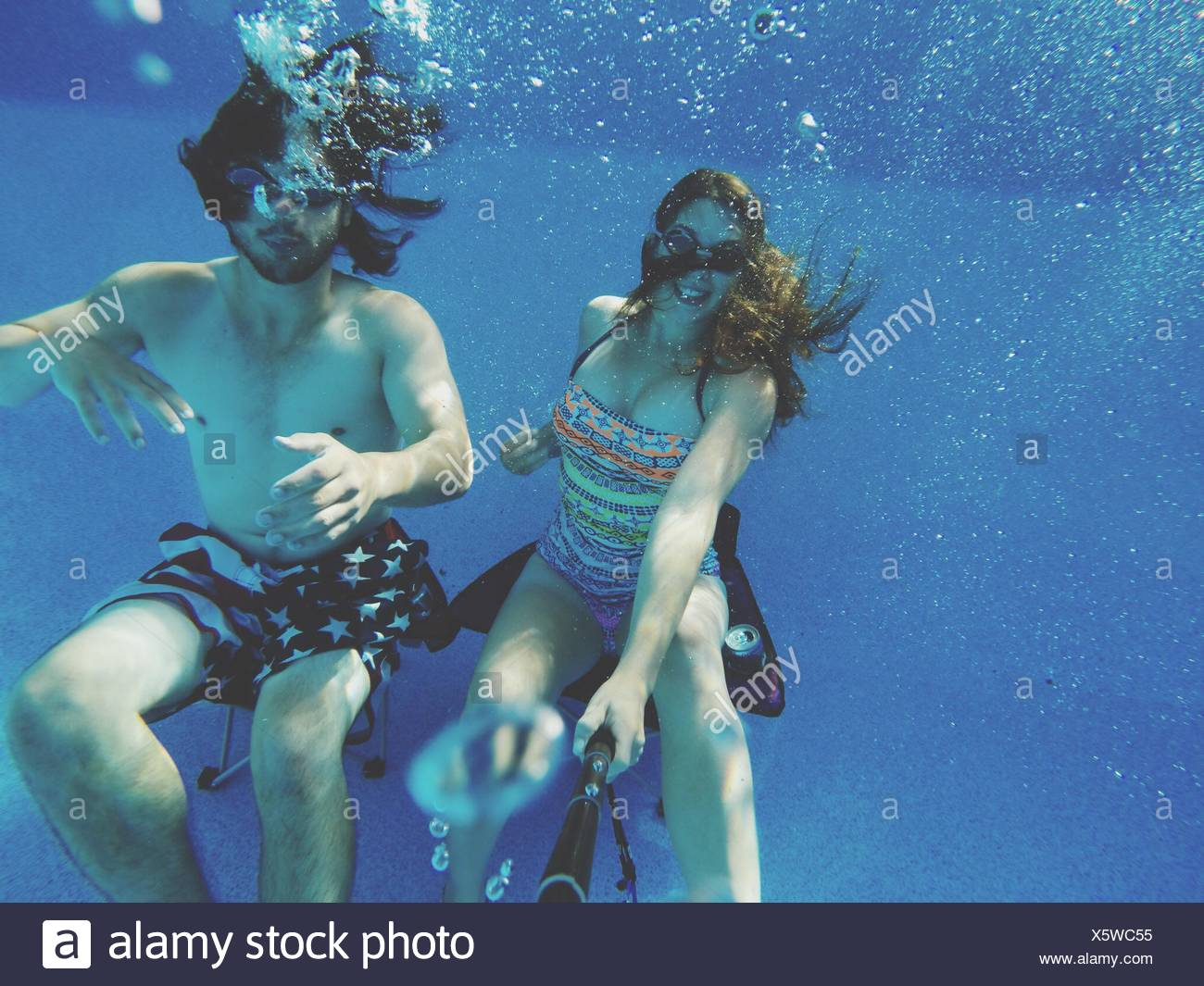 Matura in piscina Immagini Stock