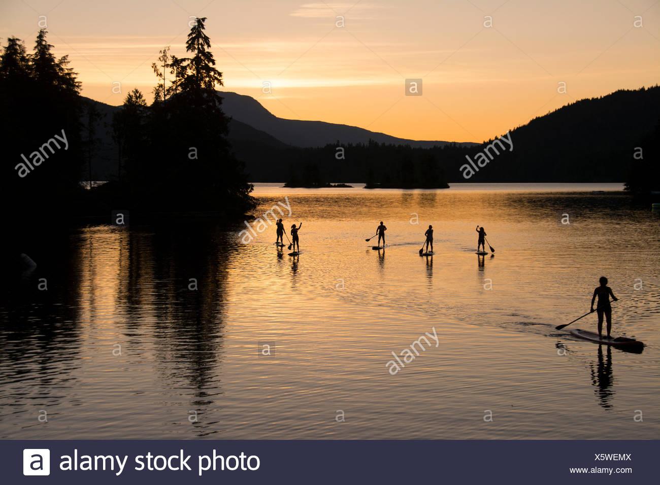 Stand Up Paddleboard gruppo sul lago Rubino, Sunshine Coast, British Columbia, Canada Immagini Stock