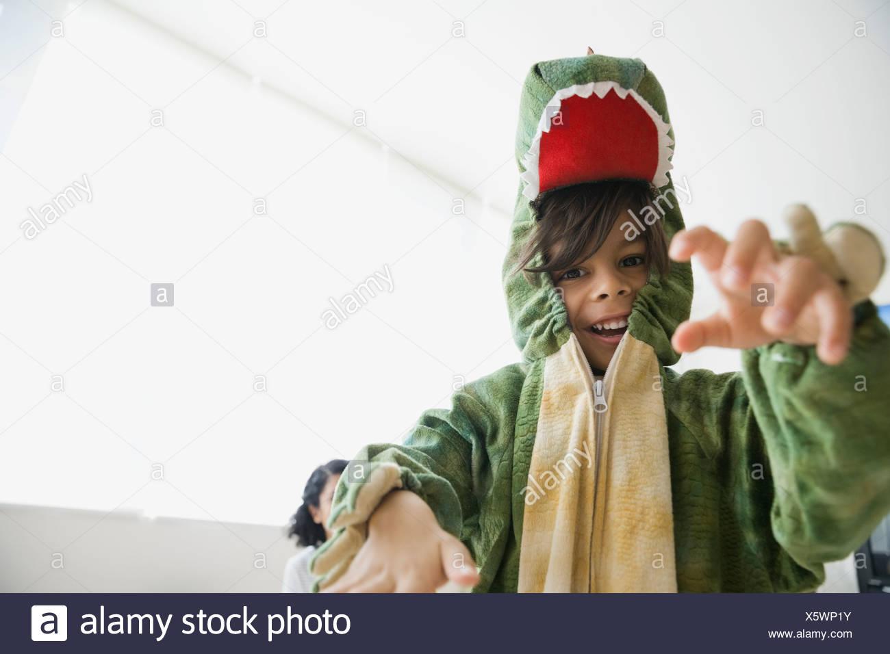 Giocoso ragazzo in costume del drago Immagini Stock