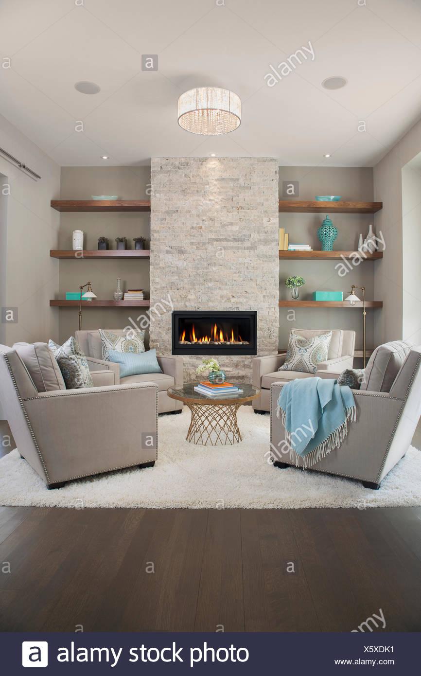 Elegante soggiorno con camino Foto & Immagine Stock ...