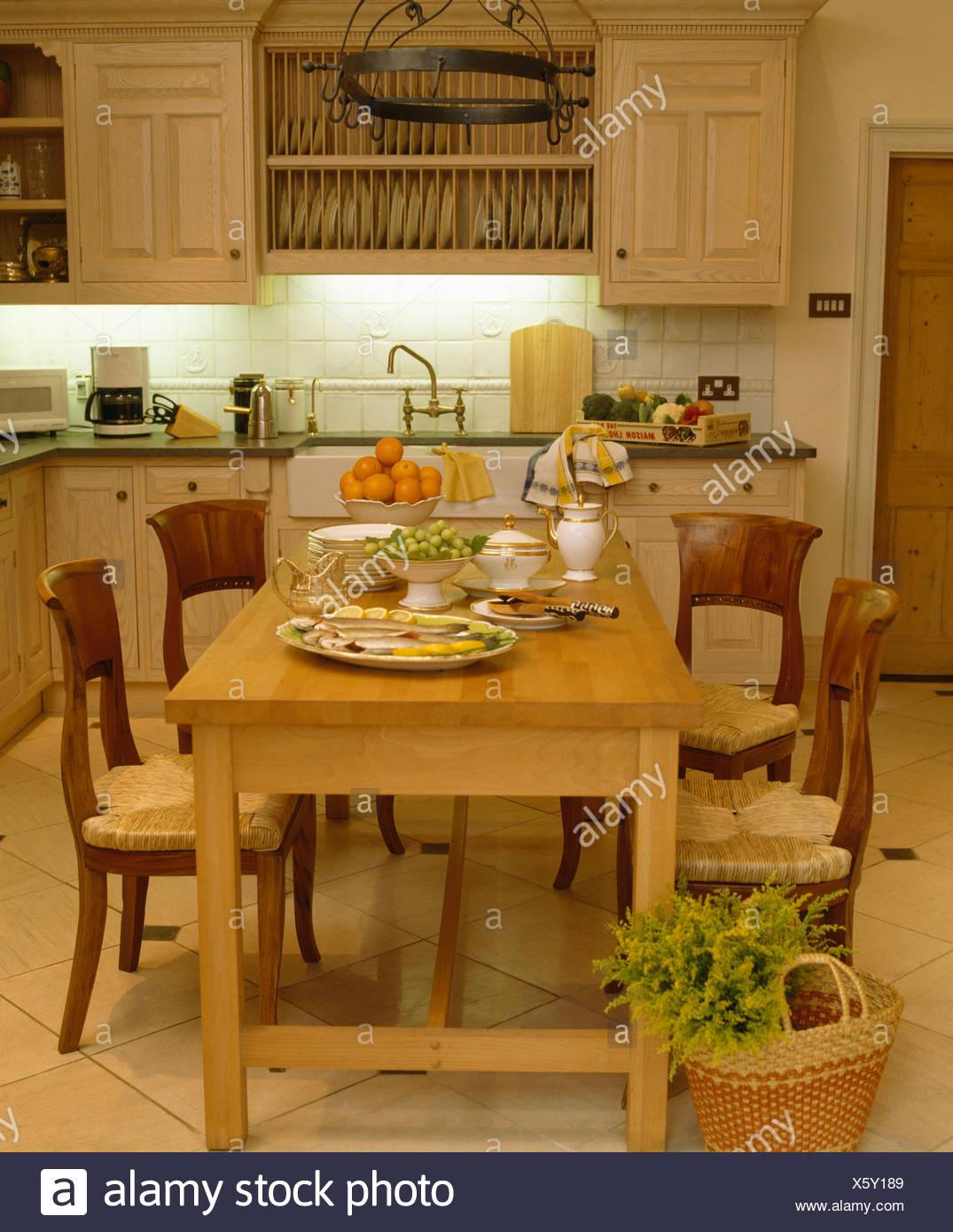 Legno chiaro tavolo e sedie antiche nel paese tradizionale cucina ...