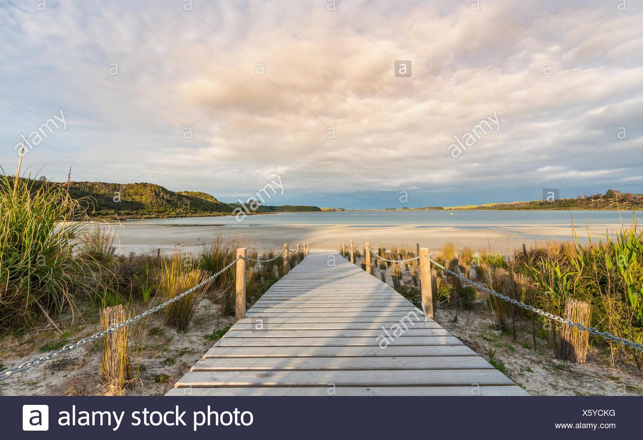 Passerella per Spiaggia, Lago Taharoa, Northland e North Island, Nuova Zelanda Immagini Stock