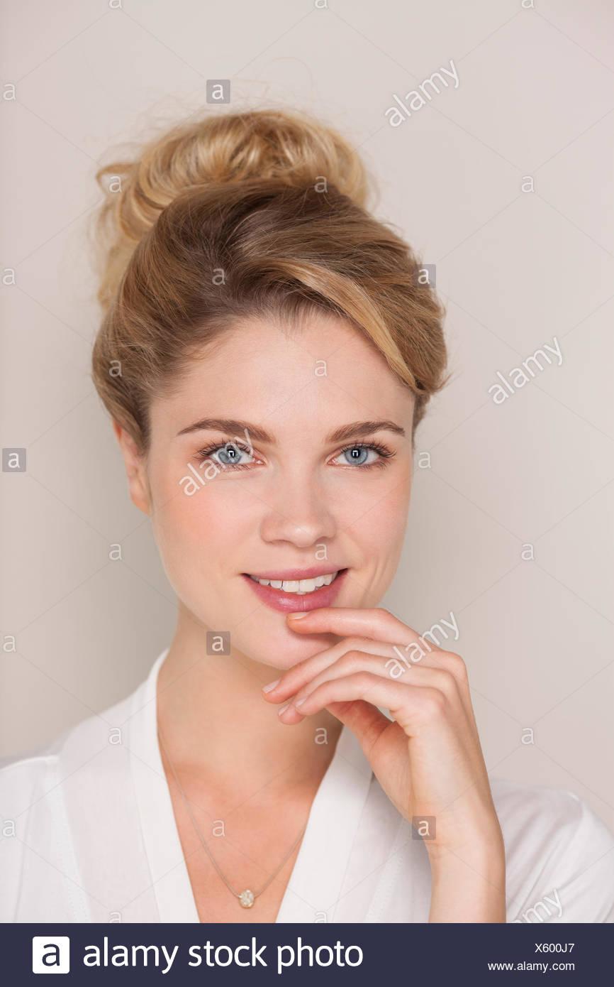 Ritratto di una donna sorridente in accappatoio Immagini Stock