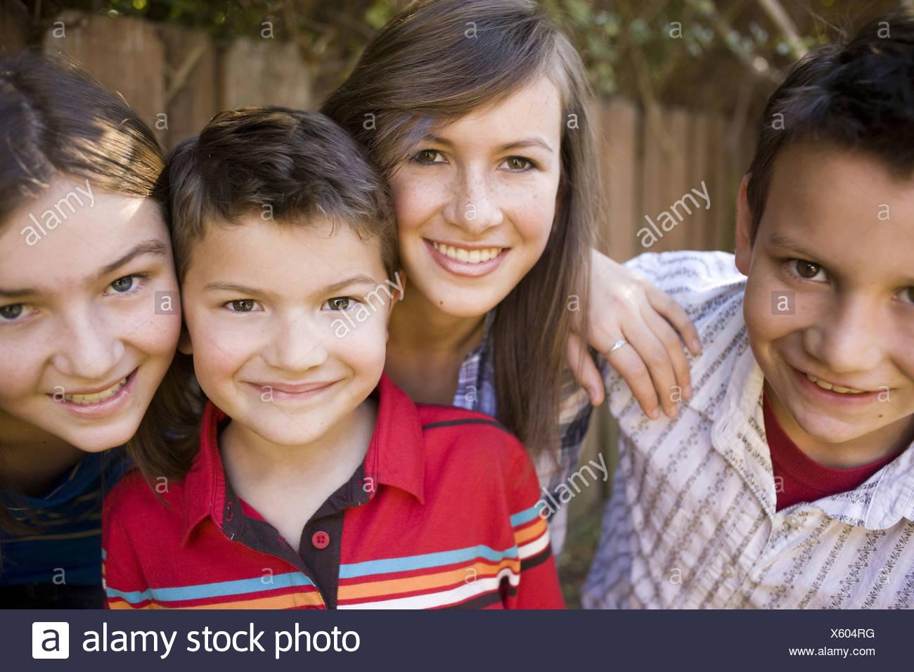 Bambini sorridenti in posa all'aperto Immagini Stock