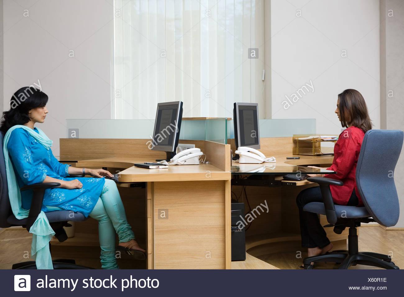 Femmina ufficio indiano colleghi Immagini Stock