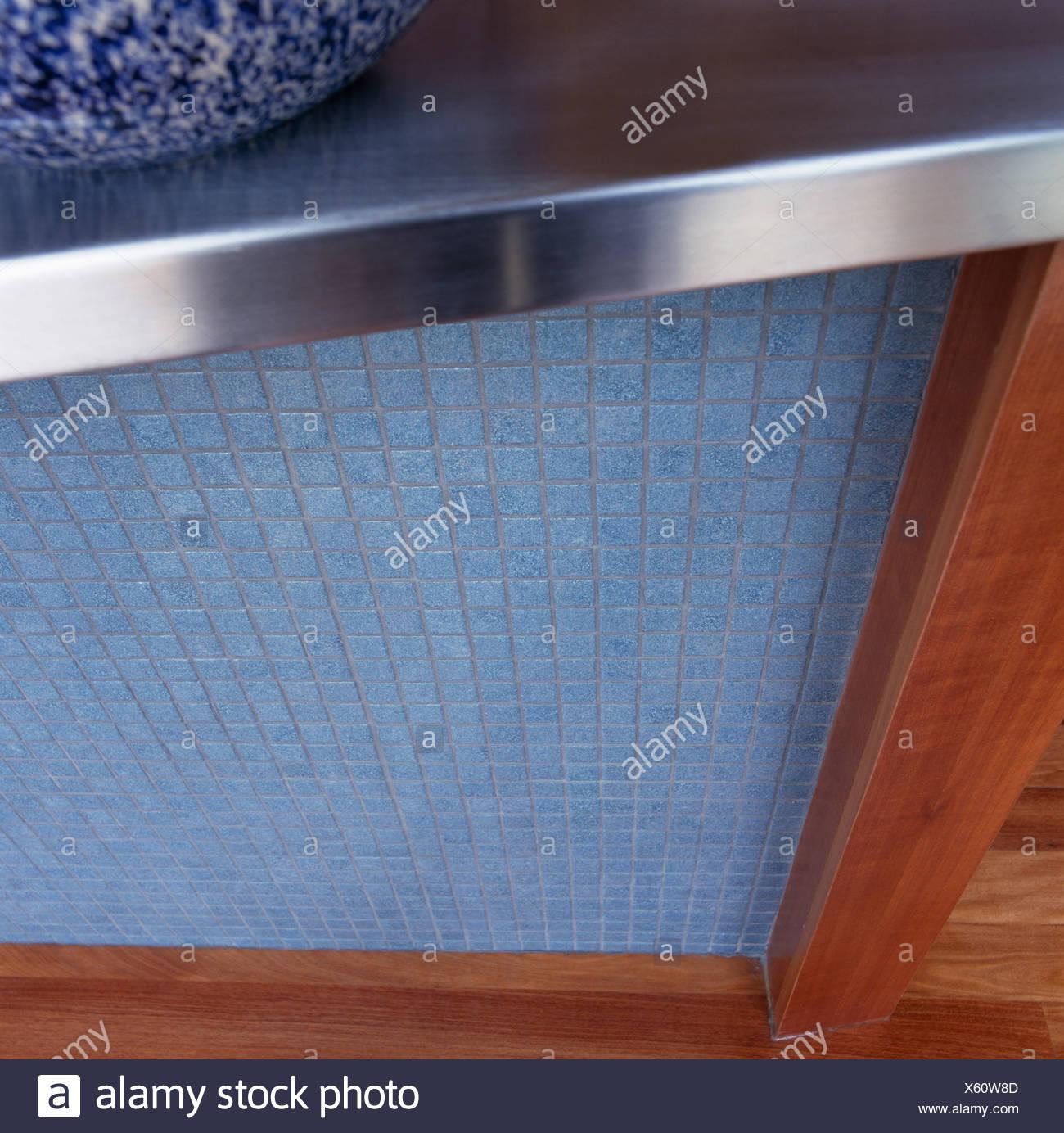 Close-up di blu a mosaico blocco cucina con piano di lavoro in ...