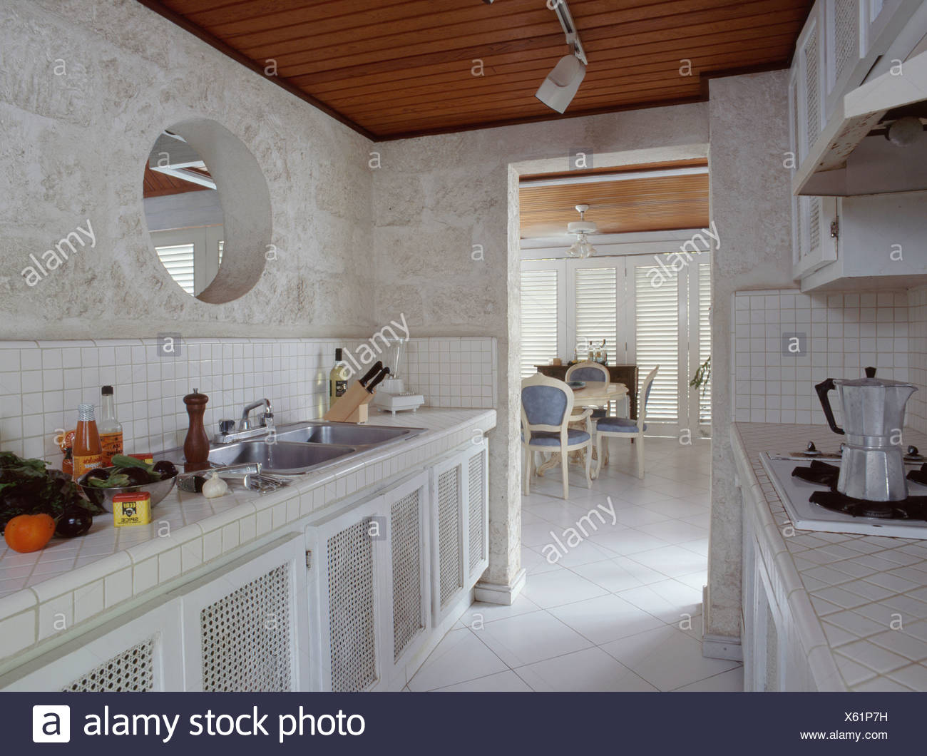 Circolare finestra interna sopra il lavabo nella moderna cucina