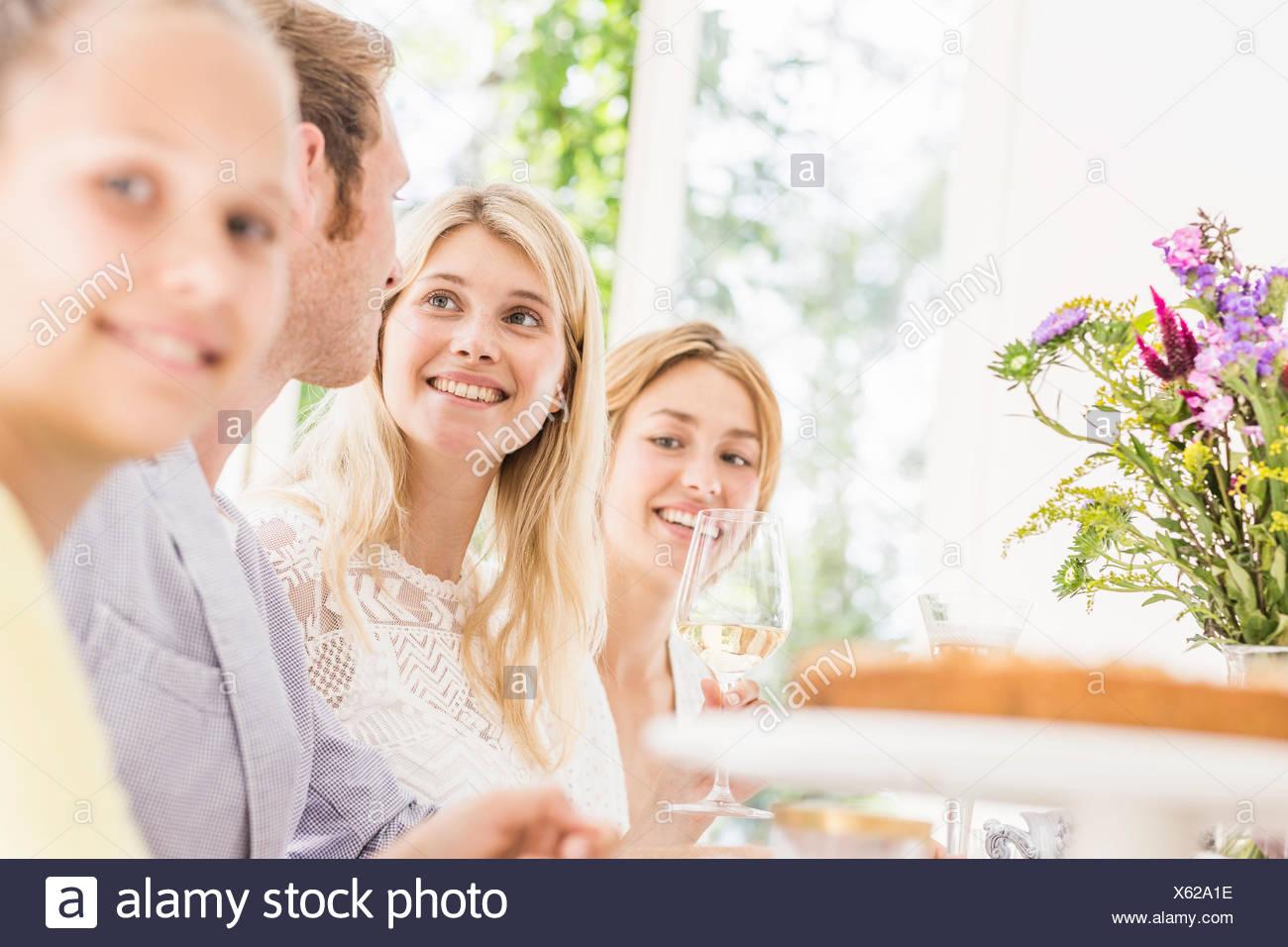 Ragazza e adulti alla festa di compleanno Immagini Stock