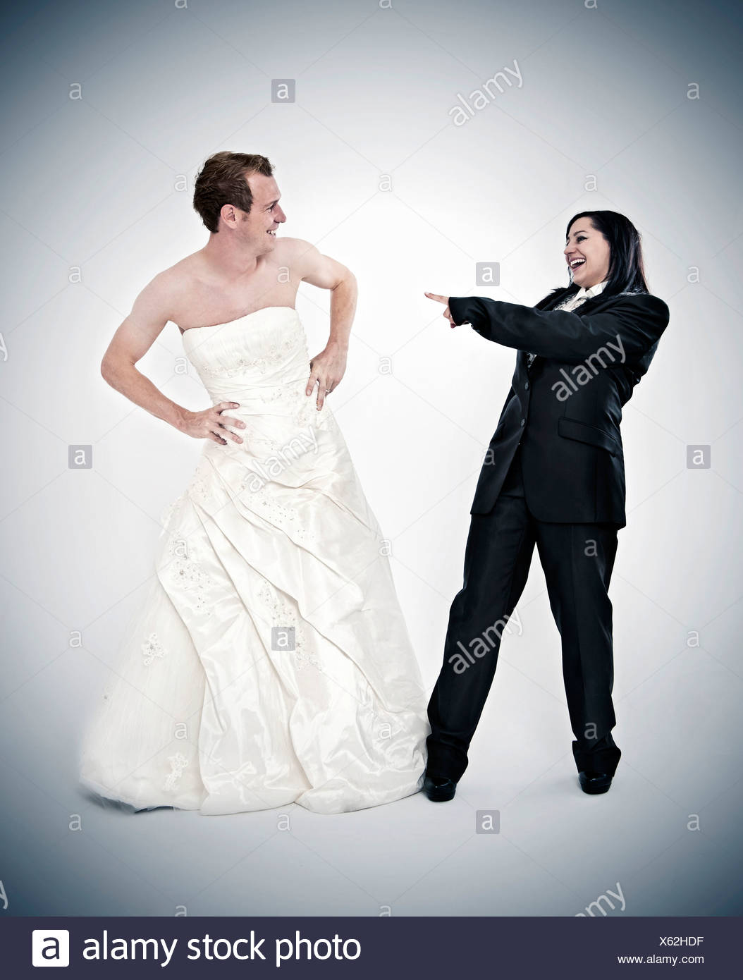 molti alla moda economico per lo sconto rivenditore sporco Sposa indossa una tuta ridendo a lo sposo che indossa un abito da ...