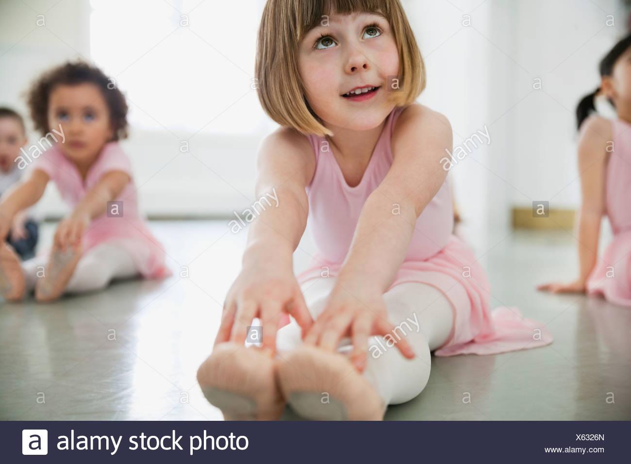 I bambini di fare esercizi di stretching nel balletto studio Immagini Stock