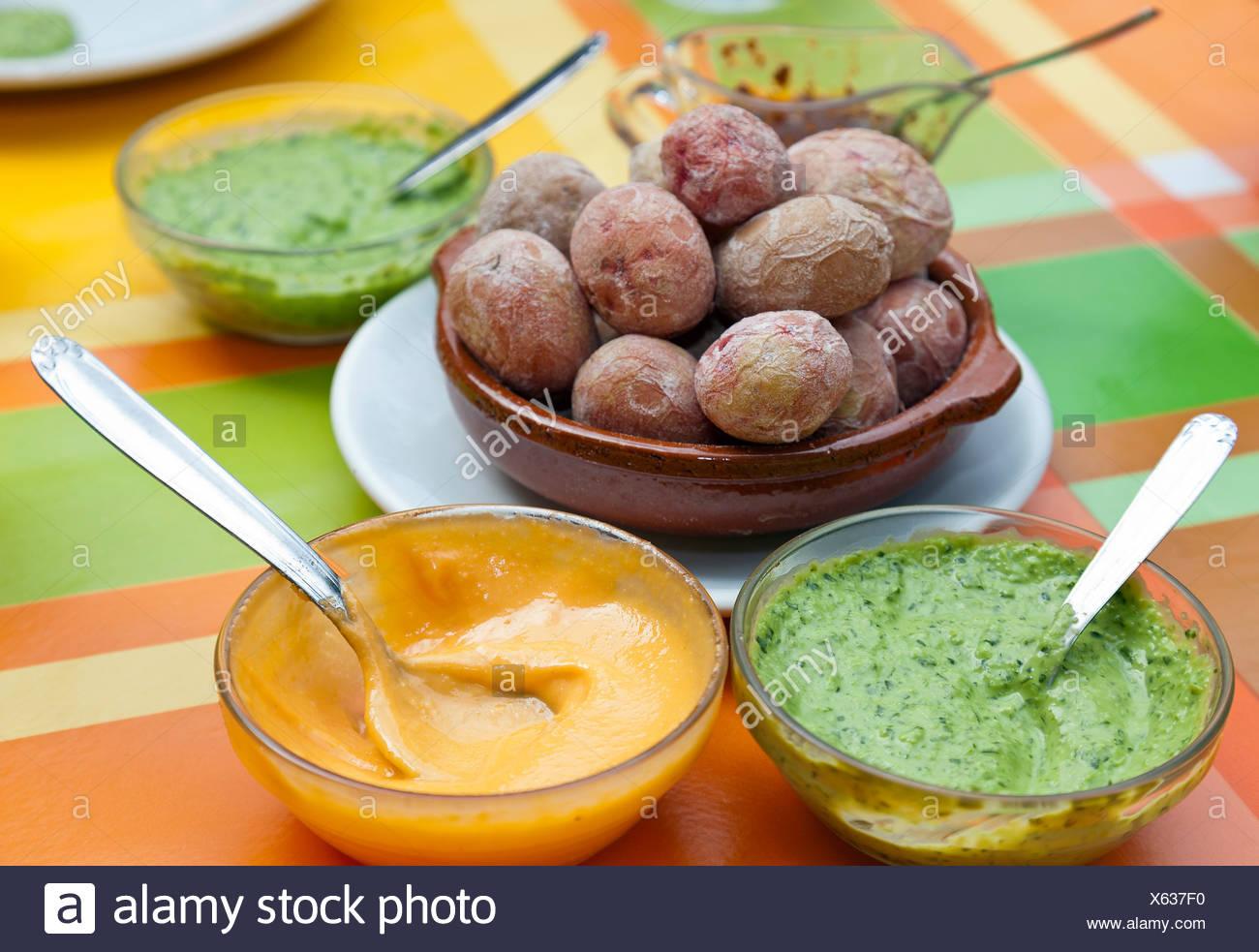 Patate con salsa di mojo, piatto tipico delle Canarie, Tenerife, Isole Canarie, Spagna, Europa Immagini Stock