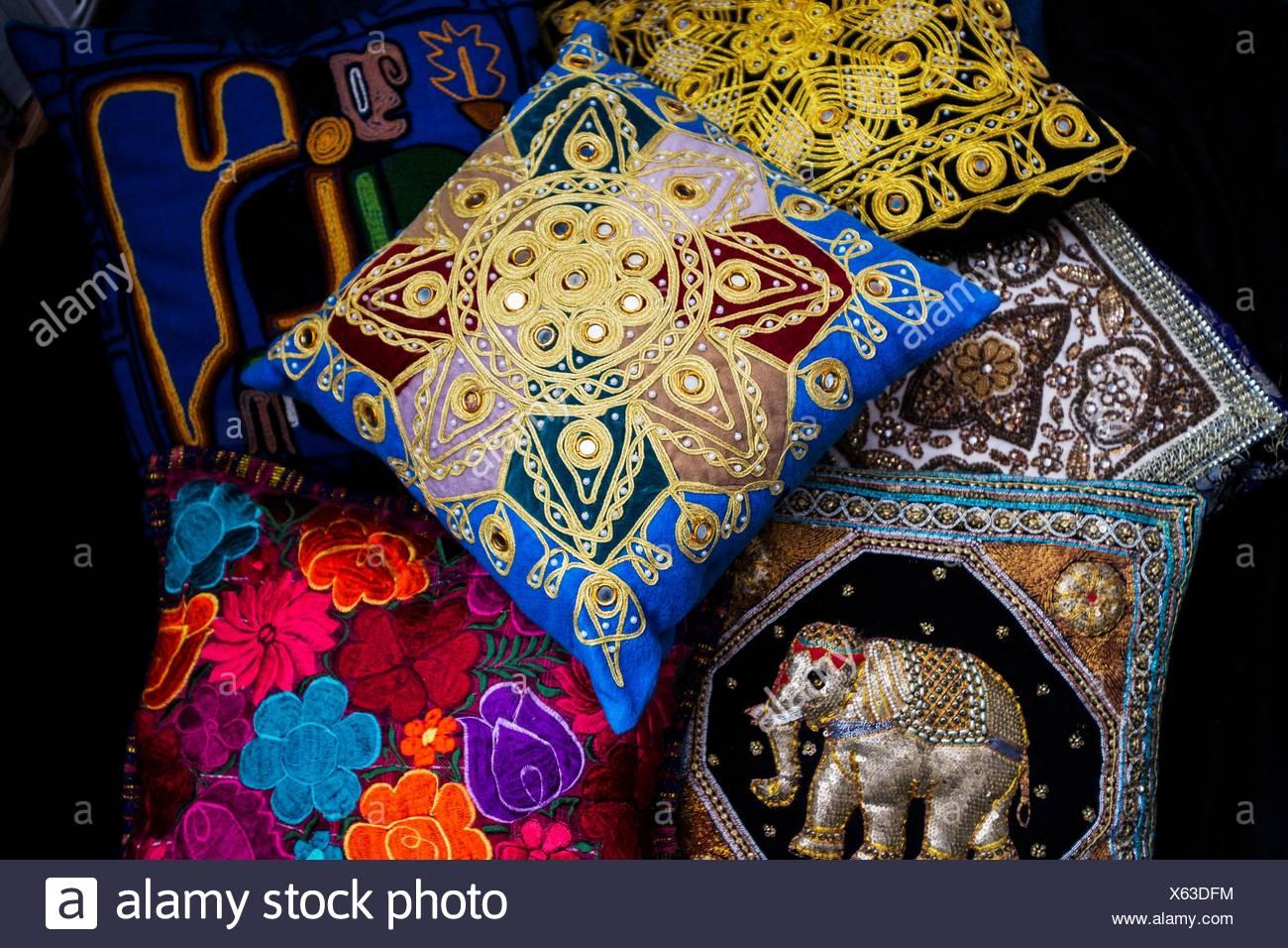 Assortimento di accento internazionale cuscini dal sud-est asiatico, Nord Africa, America Centrale e Sud America. Immagini Stock