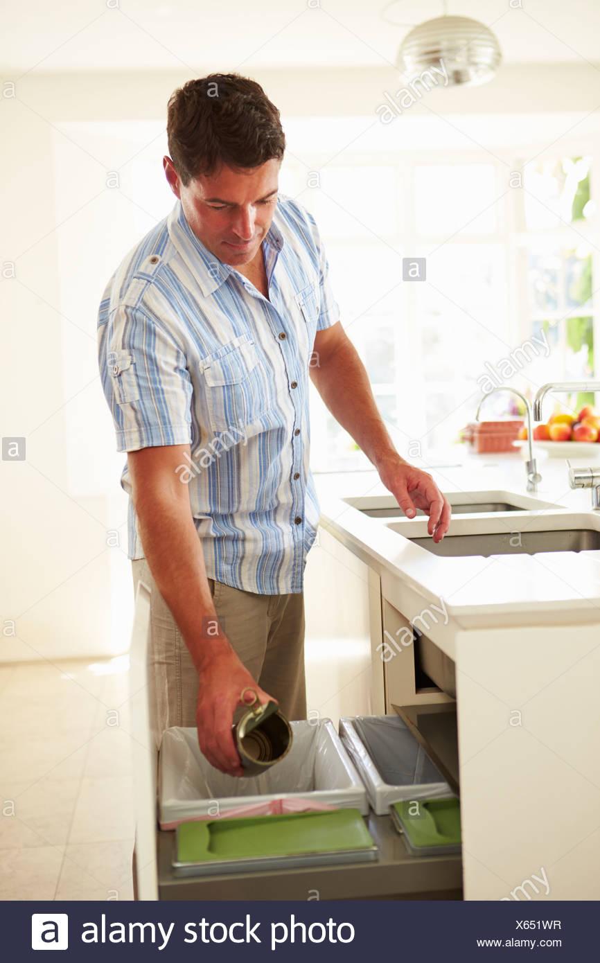 Uomo di riciclaggio di rifiuti di cucina in bin Immagini Stock