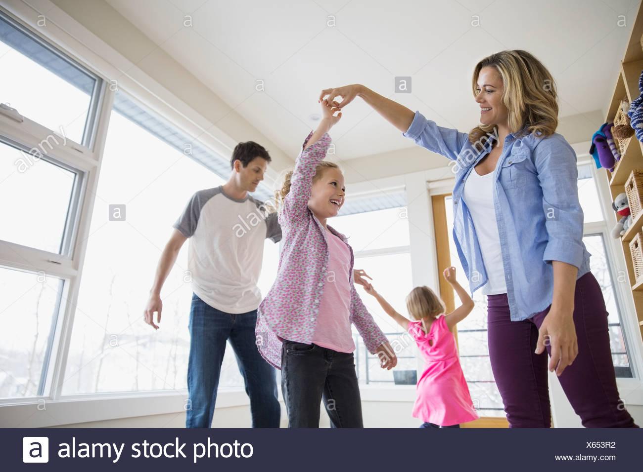 Ballo di famiglia in soggiorno Foto & Immagine Stock: 279166582 - Alamy