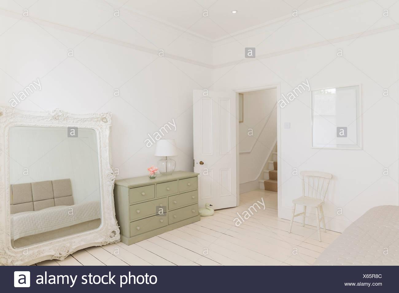 Specchio e comò in camera da letto Foto & Immagine Stock: 279181852 ...