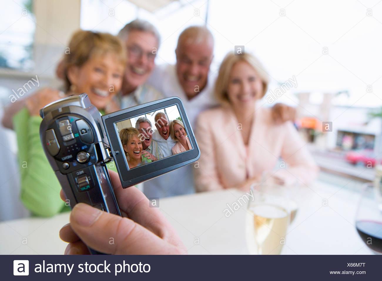 Uomo amici di registrazione con videocamera Immagini Stock