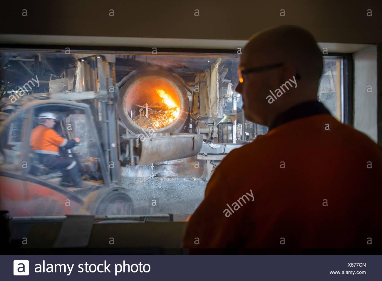 Controller la visione di forno in alluminio impianto di riciclaggio Immagini Stock