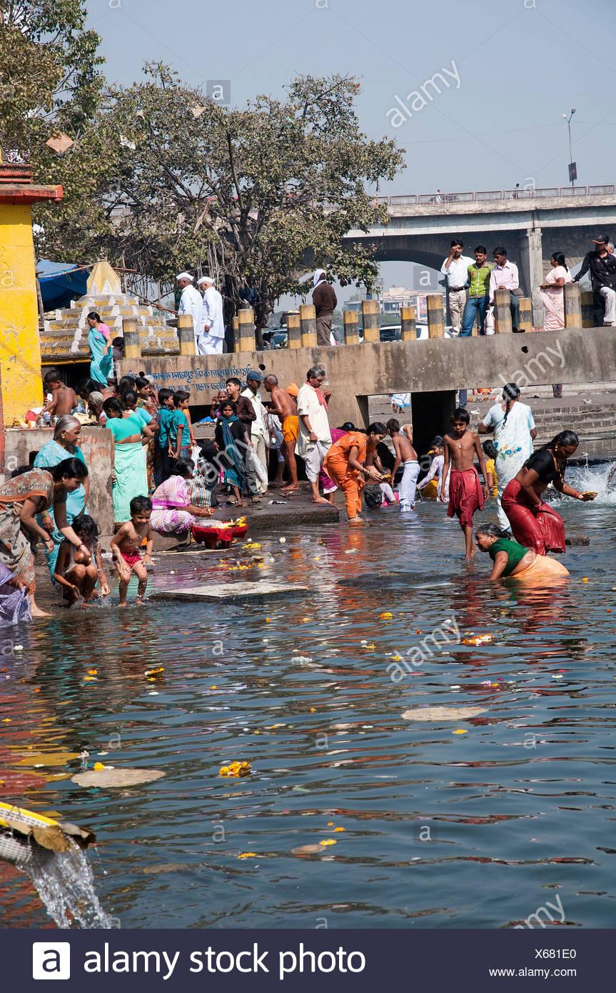 India Maharashtra, Nashik rituale di balneazione in santo il fiume Godavari Immagini Stock