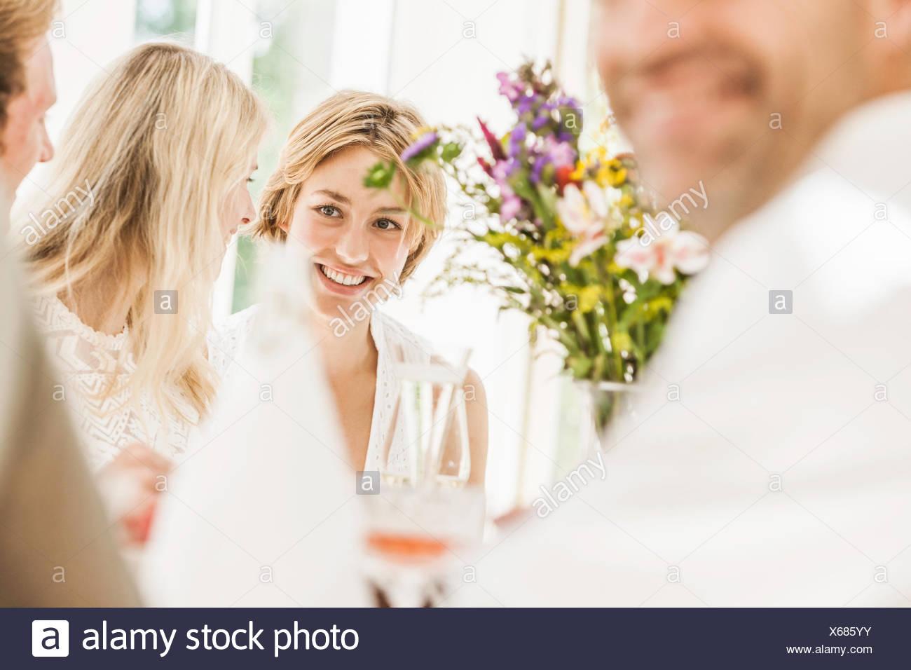 Adulti in chat a famiglia festa di compleanno Immagini Stock