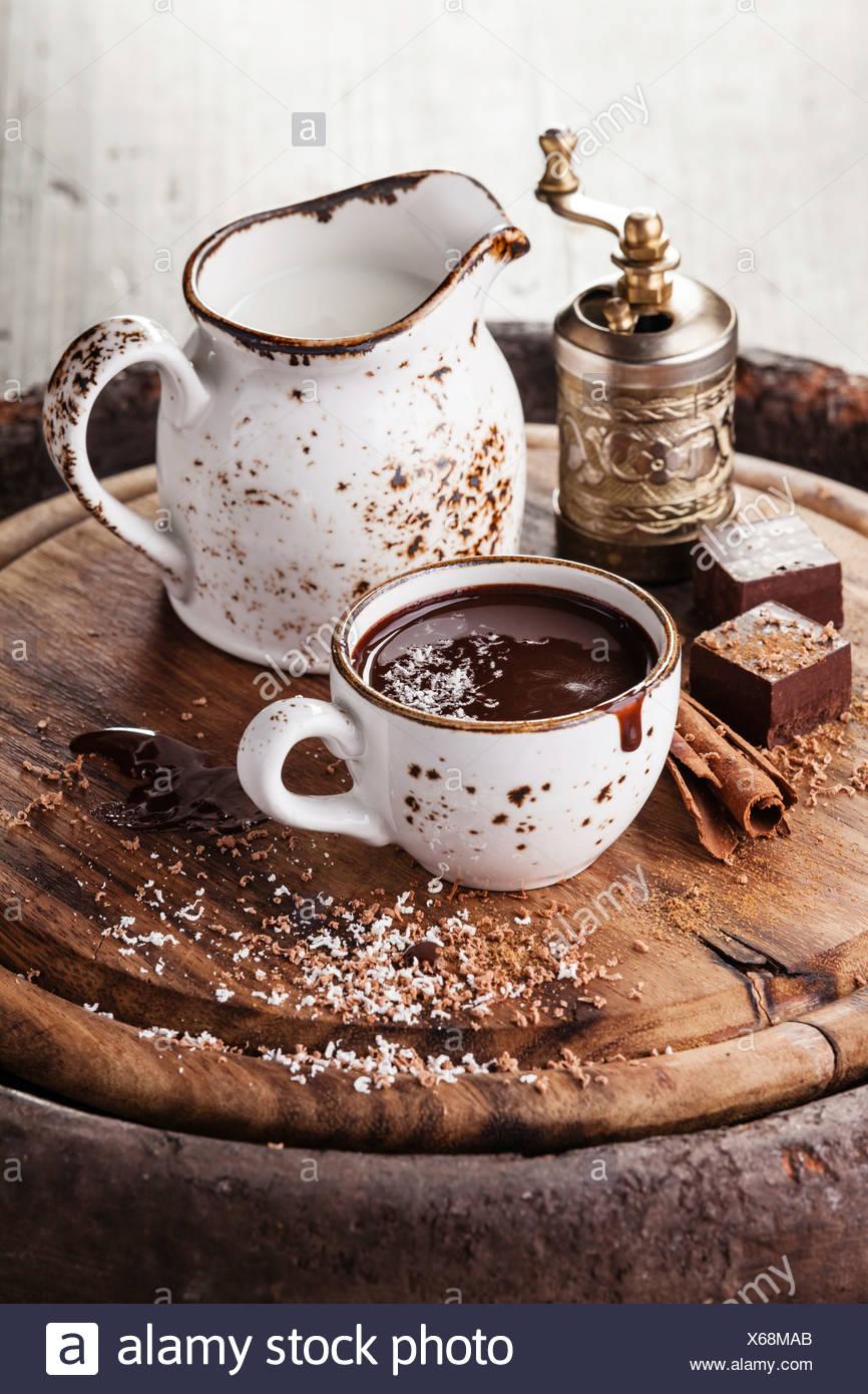 Cioccolato caldo cosparso con il cioccolato bianco con spezie Immagini Stock