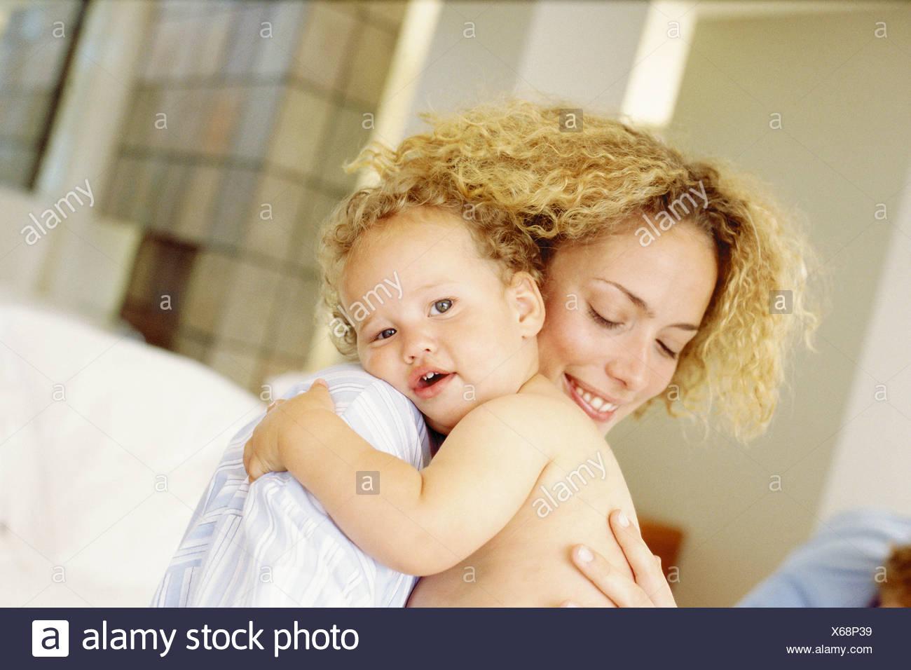 Baby coccole madre Immagini Stock