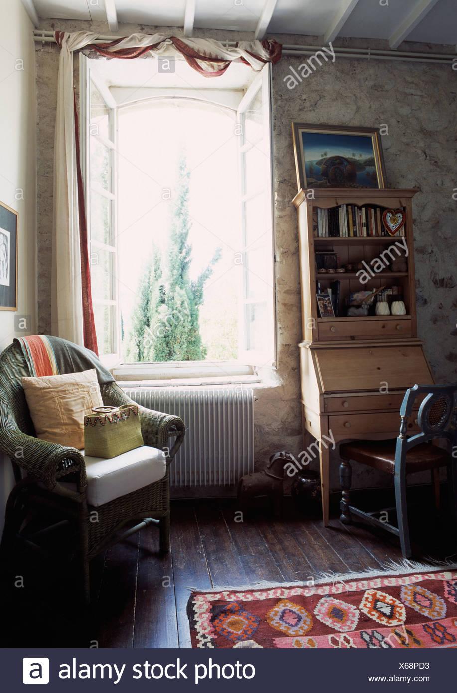 Cuscini in vimini verde sedia accanto alla finestra nel paese ...
