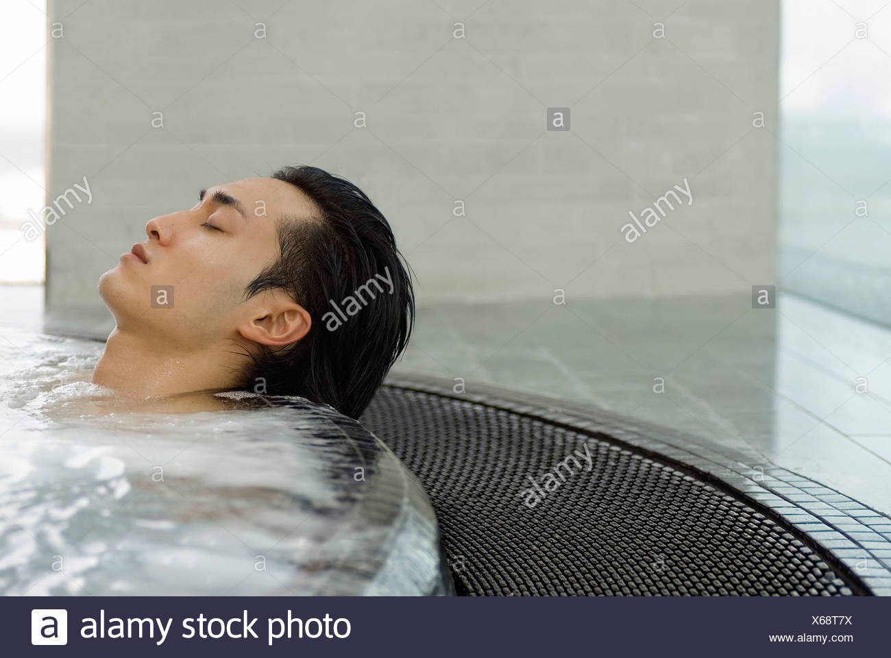Vasche Da Bagno Nella Jacuzzi : L uomo nella vasca da bagno con idromassaggio foto & immagine stock