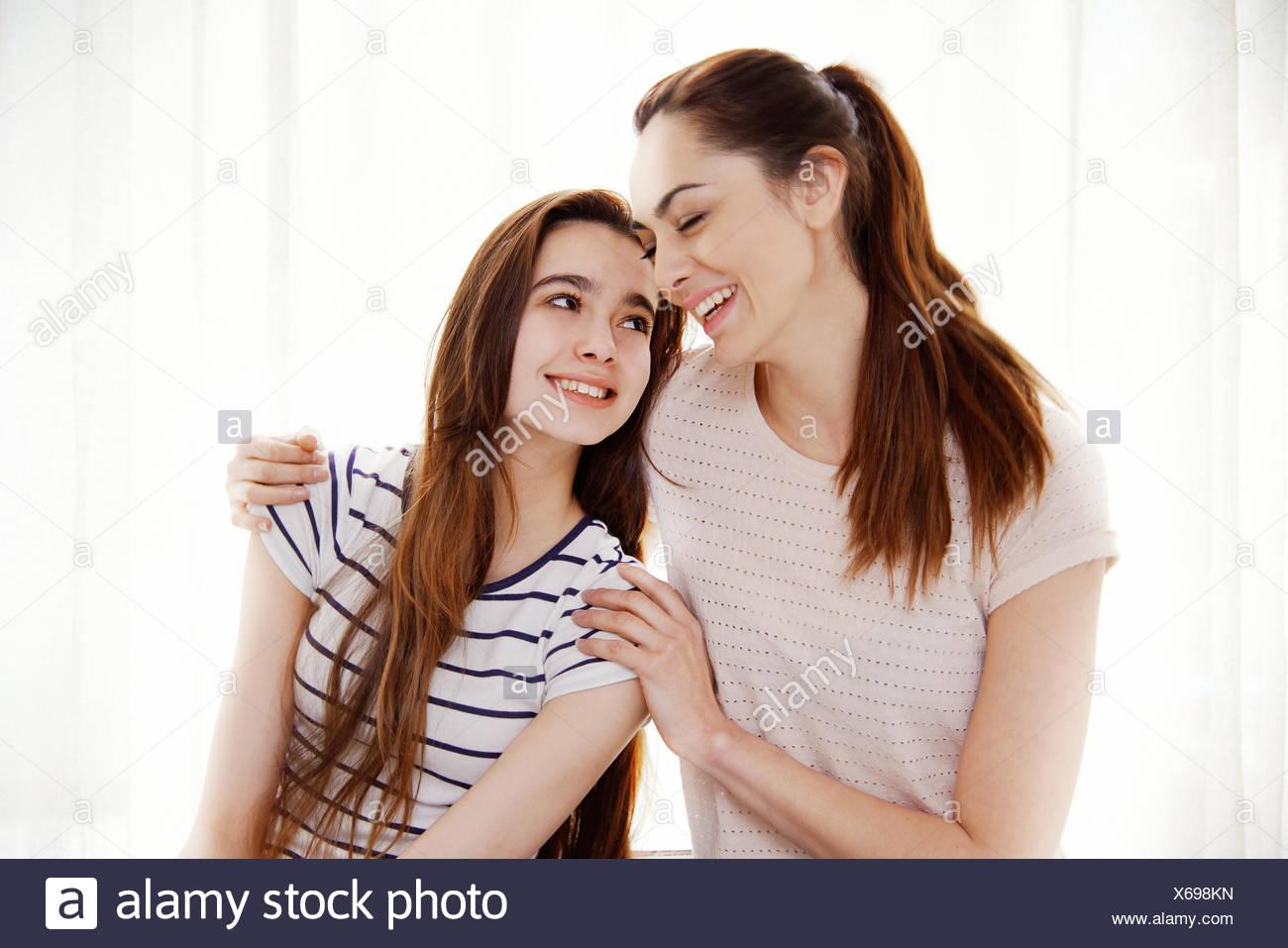Madre e figlia avvolgente Immagini Stock
