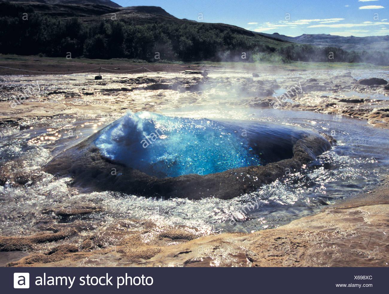 Bolla di acqua circa a scatenarsi, geyser Strokkur, Islanda, Europa Immagini Stock